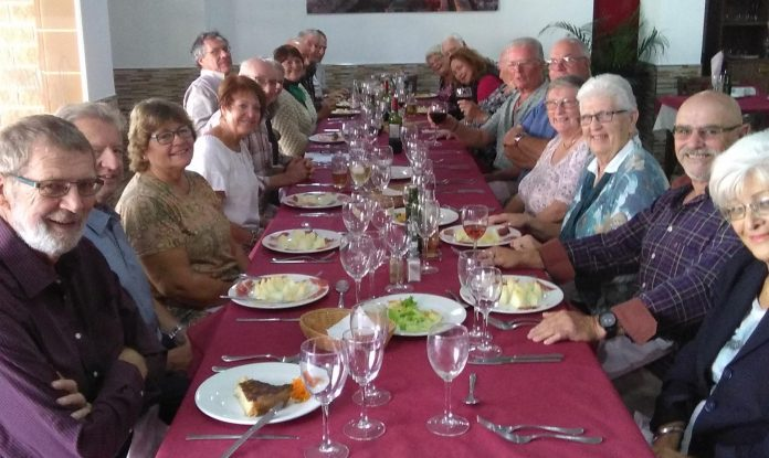 Cruising group enjoys lunch