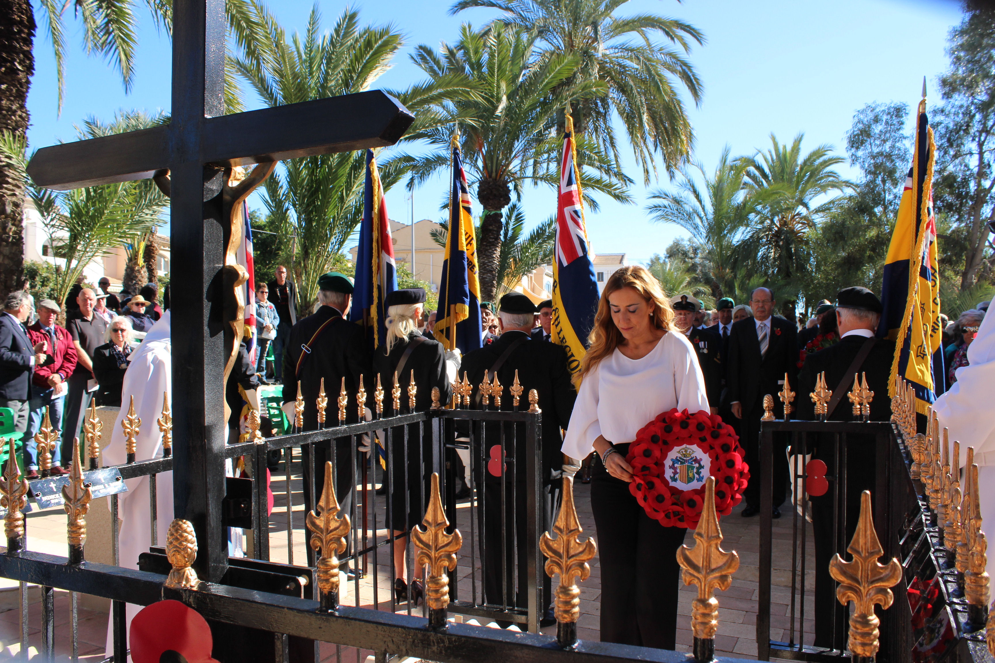 Cllr Sofia Alvarez laying a wreath in Mil Palmeras