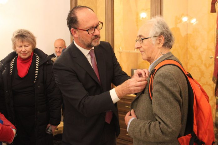 Mayor Bascuñana presented the physicist with a shield of the city