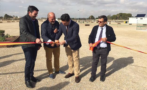the general director of the Mar Menor, Antonio Luengo, the mayor José Miguel Luengo and Antonio Fructuoso, on the right, declaring the site open.