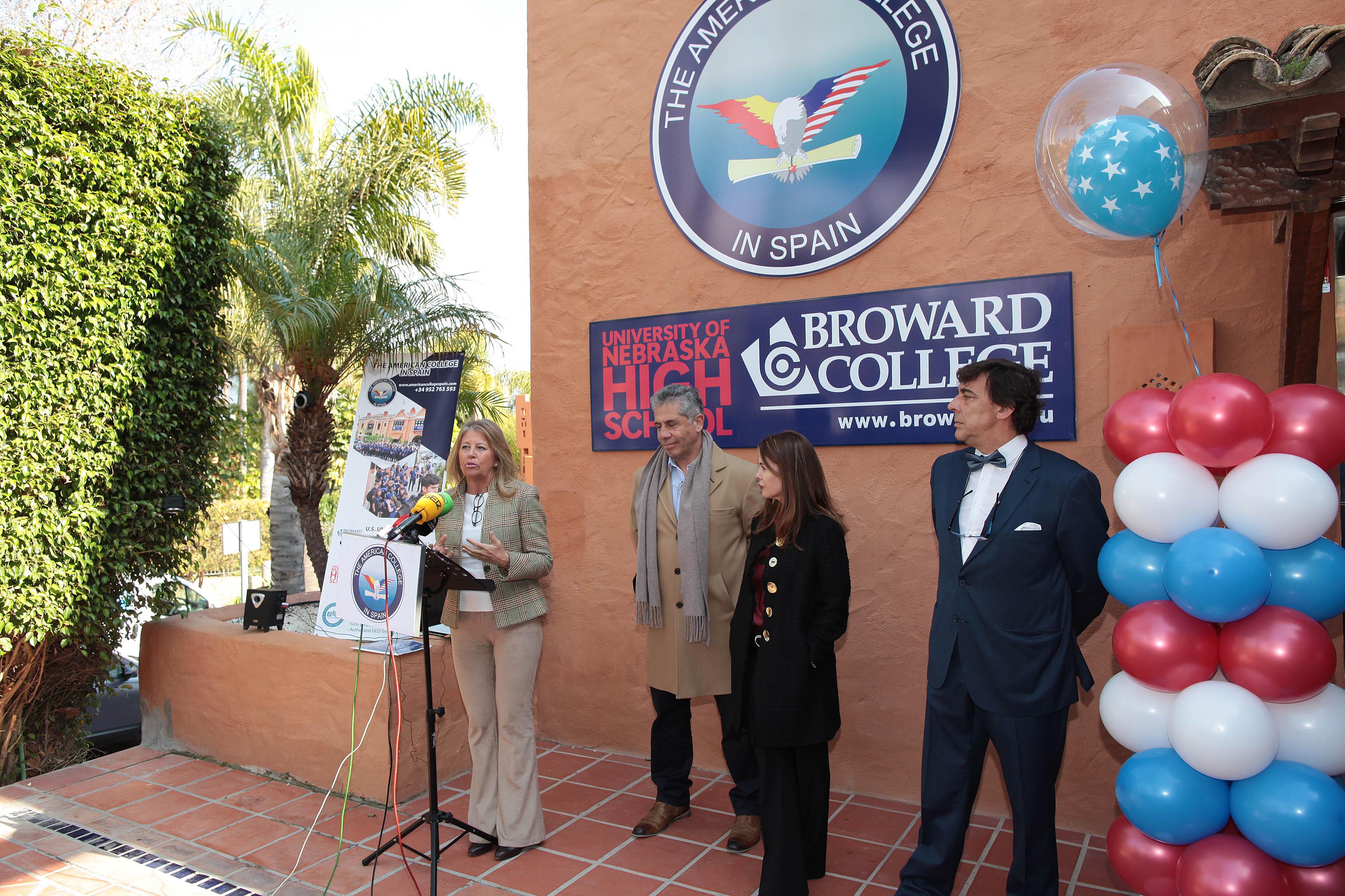 Un momento de la intervención de la alcaldesa, Ángeles Muñoz, acompañada por Melissa Butler