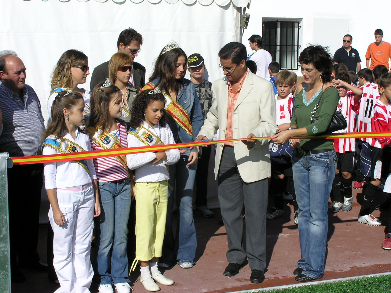 Turning back the clock, Mayor José Manuel Butron cuts the ribbon following a new surface laid in 2005. Photo: Javier Fernandez.
