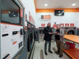 The councilor of Social Cohesion of Las Palmas de Gran Canaria, Jacinto Ortega (i), together with Francisco Navarro, responsible for the laundry