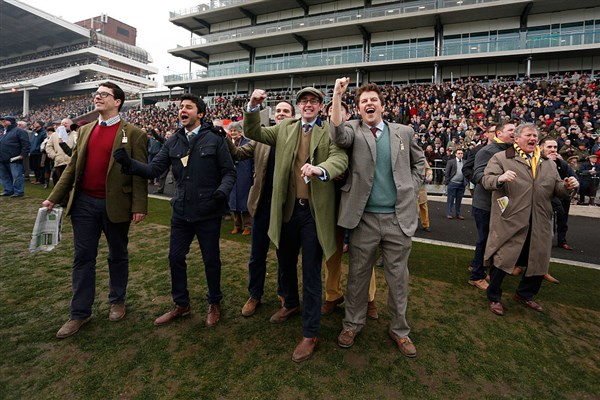 Cheltenham: Yorkshire's Definitly Red crashes out of Gold Cup glory