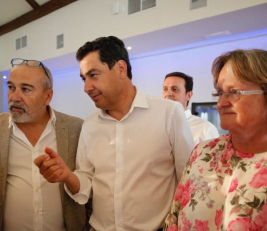 Gerardo Vazquez y Maura Hillen de AUAN con Juanma Moreno (Olula del Rio 2018)