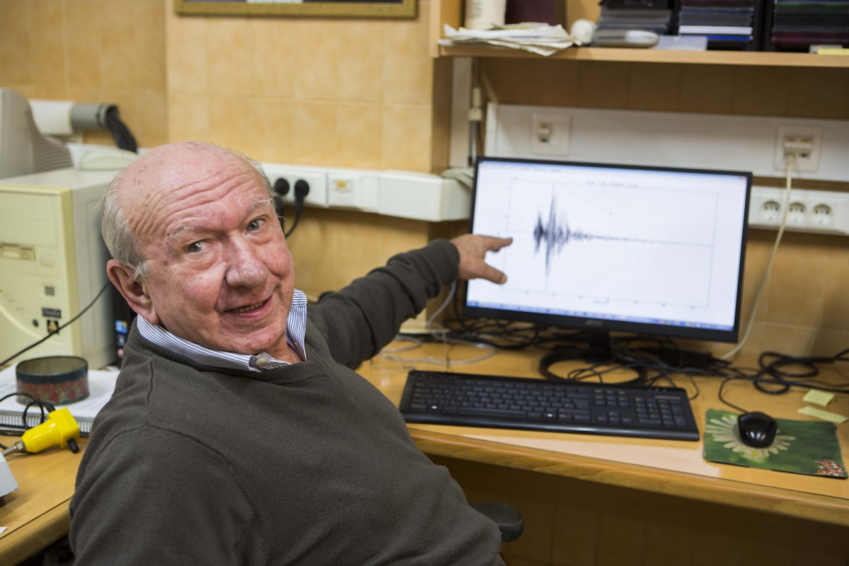 Pedro Jáuregui shows the detection of the earthquake on Sunday, at the Unit of Seismic Record of the UA