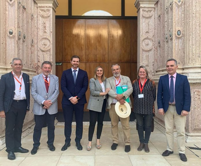 Minister for Development and Territorial Planning, Marifrán Carazo with Senior Officials from her Ministry, Members of homeowners association AUAN and the Ciudadanos spokesperson on Planning, Juan de Dios Sanchez in the Parliament of Andalusia.