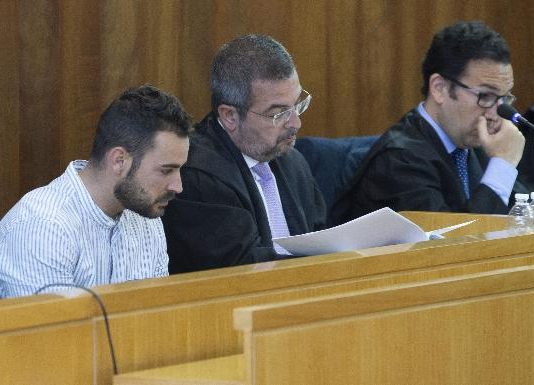 Ismael Blanco, with the striped shirt, next to his lawyer Fermín Guerrero