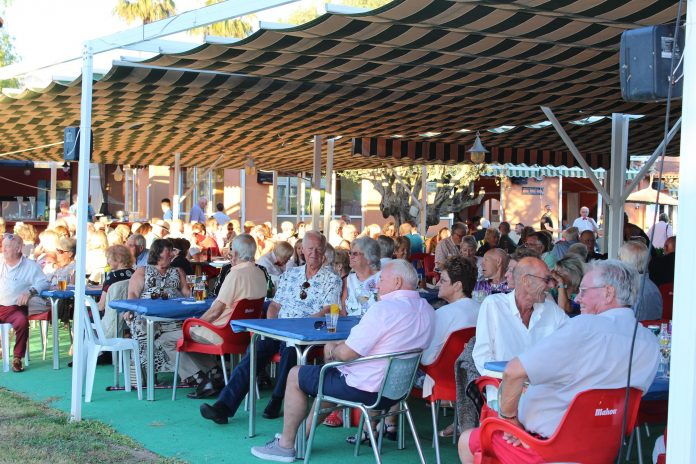 The ultimate entertainer helps raise 1000 euro at the Concert in the Park
