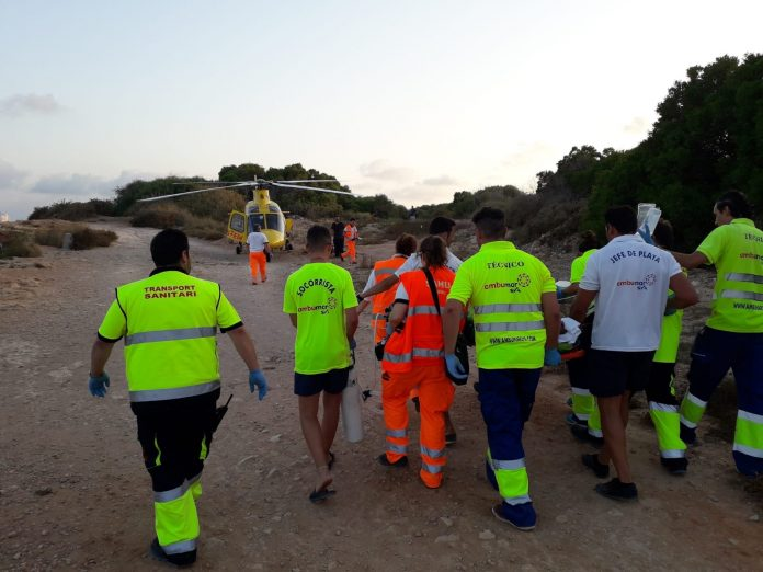 Paramedics and lifeguards move Dolman to the helicopter - Image Ambumar Sya
