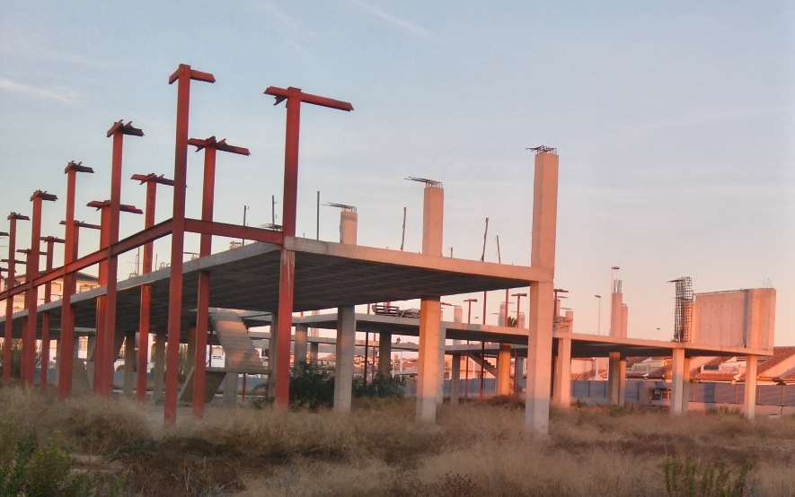 The works were paralysed in 2012, after the construction company declared itself in bankruptcy proceedings, leaving the concrete skeleton in the middle of a plot, adjacent to the N332 in La Zenia.
