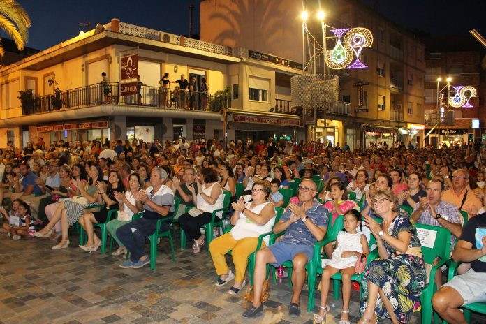 Horadada celebrates independence There was plenty to do for the people of Pilar de la Horadada last weekend as the town celebrated the 33rd anniversary of its segregation from Orihuela with an extensive programme of entertainment and worship. On Saturday evening the main church square hosted the group 'Desflamenkados', while on Sunday there was a coral night with 'The Pilar Choir and the Coral Horadada'. The church square was again the venue on Monday evening, welcoming thousands of people to the excellent 'Gisela Symphony Concert' with Union Musical Horadada. There was also an anniversary mass in the Parish Church of Our Lady of Pilar on Tuesday which was attended by the mayor and his councillors. And the activities didn't only extend to adults as there was also plenty over the entire weekend to occupy the children. In the Rambla, next to the Puente del Beso and CEIP Virgen del Pilar, there was a free Children's Water Park with slides, splash pools and inflatables. As is traditional, an open day was also held on the '30 de Julio at the 'recreational swimming pools, in calle Vicente Blasco Ibañez, in Pilar de la Horadada and Rio Seco' Tejo in Pinar de Campoverde. Also on 30 July, the very day on which independence was first granted, when the messenger was received with news of Pilar's segregation, rockets were fired into the sky as the church bells rang out in celebration There again followed an act commemorating the Segregation of Pilar de la Horadada in the church square, in which tribute was paid to those who were responsible for it's separation 33 years ago. This was followed by the final act of the celebration, the performance 'One Night at the Opera' with Jesus Hernandez and Amber Kay.