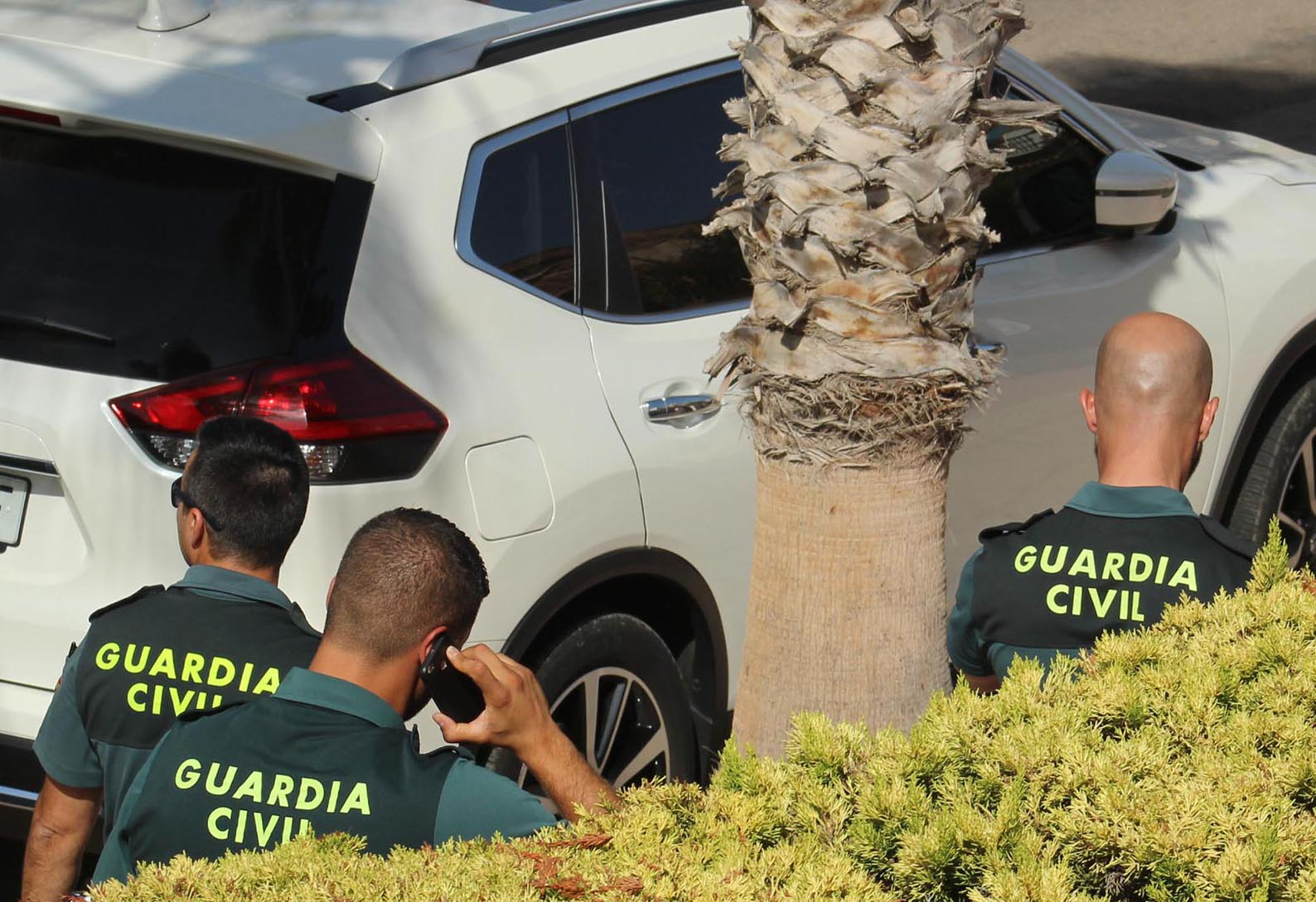 Guardia officers arrive at the urbanisation to begin their investigation