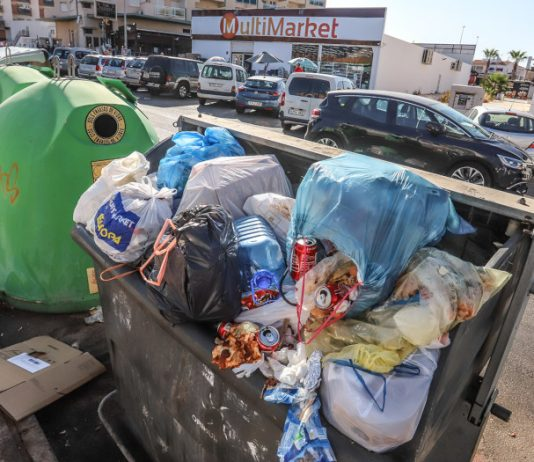 Tourist season peaks as Orihuela Costa streets flood with rubbish