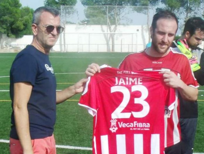Maccan presented with a shirt by club President Alfredo Macio, in honour of his late father Jaime.