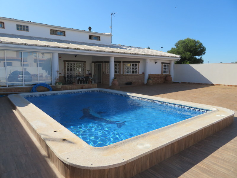 Lovely 3 bedroom villa in Spain for sale with private pool in Los Alcazares