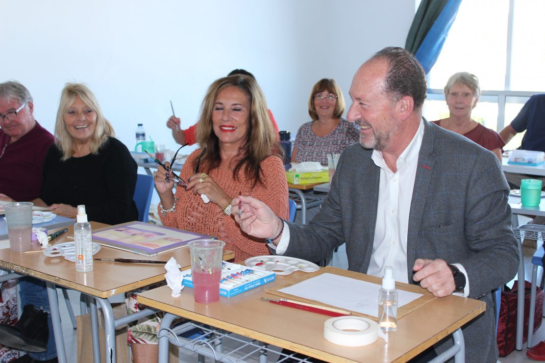 Orihuela Mayor does a spot of painting