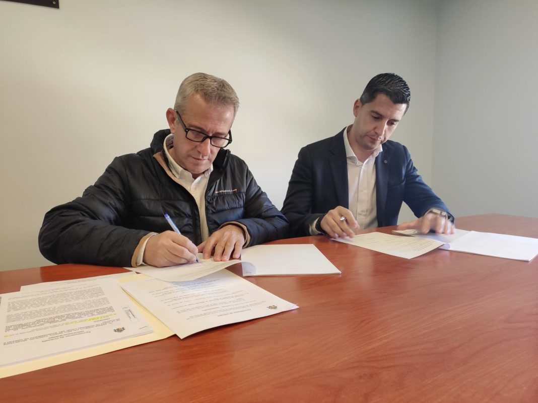 The Councilor for Urban Transport, José Galiano with José Pedro García, of Autocares Costa Azul,