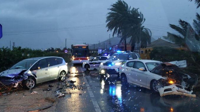 Two drivers injured by falling palm tree in Orihuela
