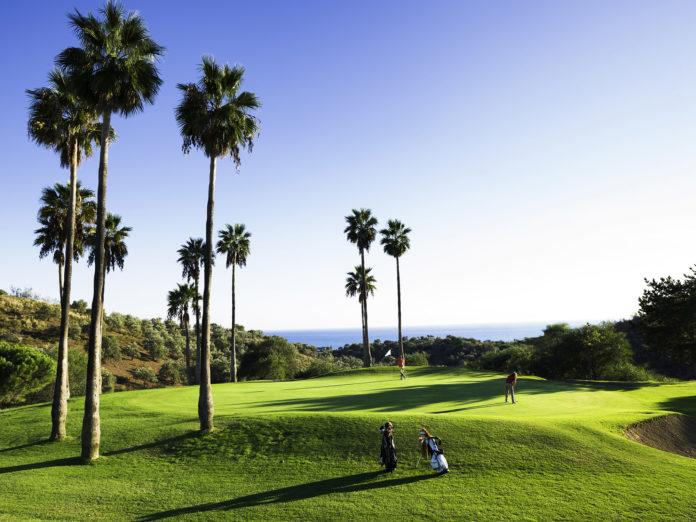 Vistas al mar desde uno de los campos de golf de Añoreta Golf en el municipio de Rincón de la Victoria