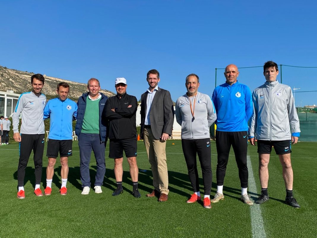 The general director of Pinatar Arena Fran de Paula and Juan Ignacio Broncano de La Finca were invited to join the Dalian coaching staff during their first training session.