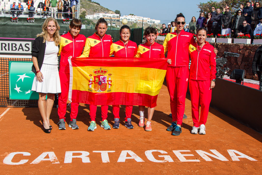 Spain's victorious Fed Cup team with ex world number one Aranxta Sanchez Vicario (left)