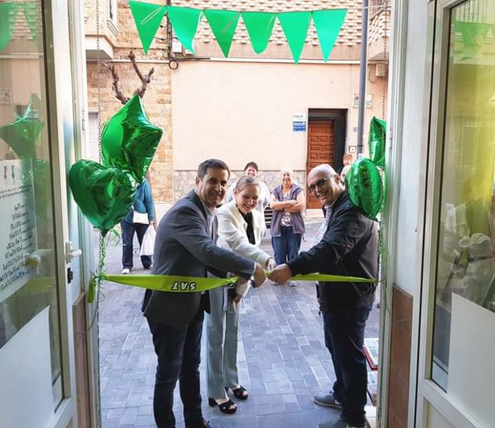The Mayor of Los Montesinos Jose Manuel Butron cuts the ribbon at the new SAT shop.