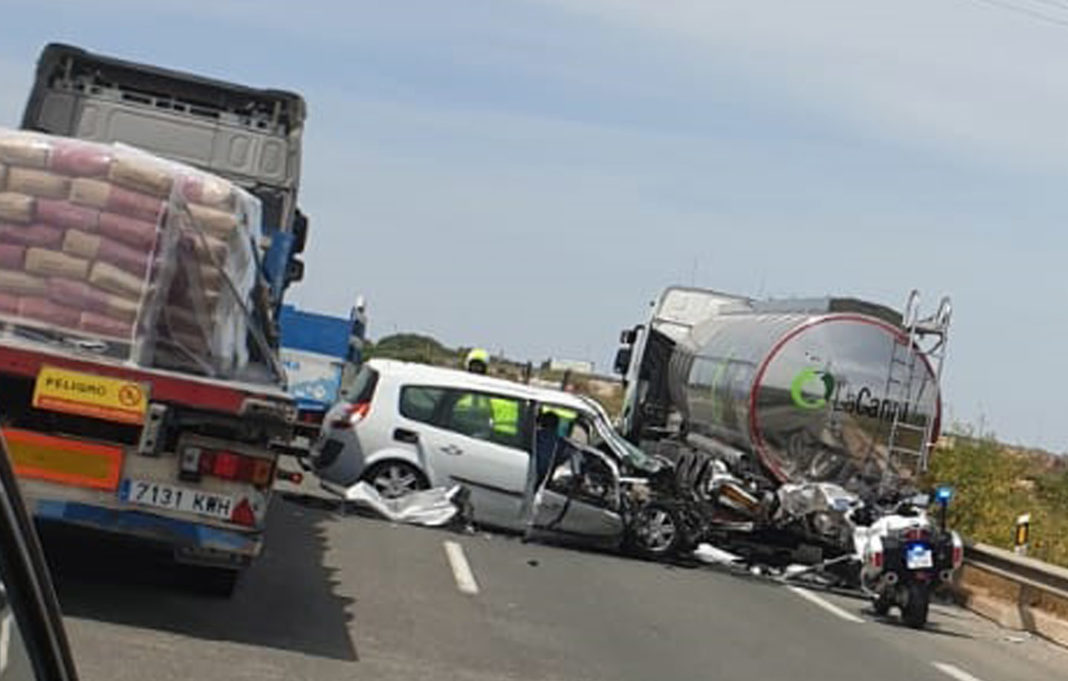 A car collides a tanker truck carrying olive oil on the AP-7