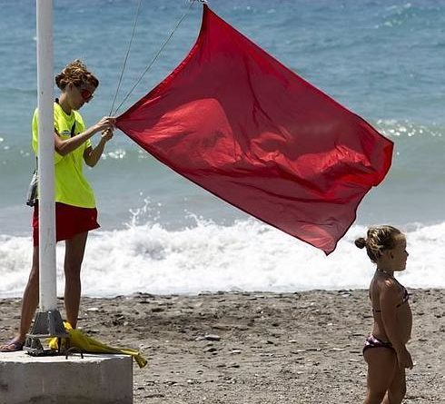 RED FLAG ALERT -Policia impose fines to swimmers at La Mata