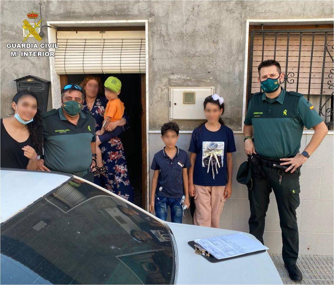 Almoradi Civil Guard return lost children to family in El Saladar