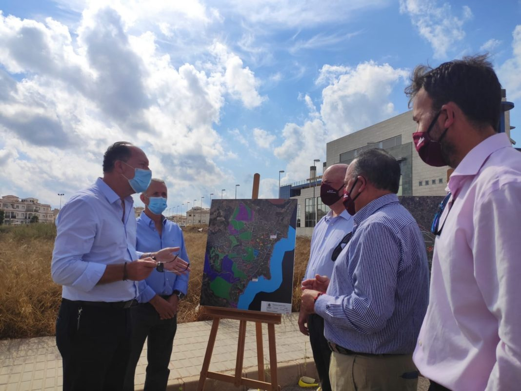 The Mayor of Orihuela, Emilio Bascuñana, and the Councillor for Health, José Galiano, recently visited the proposed site