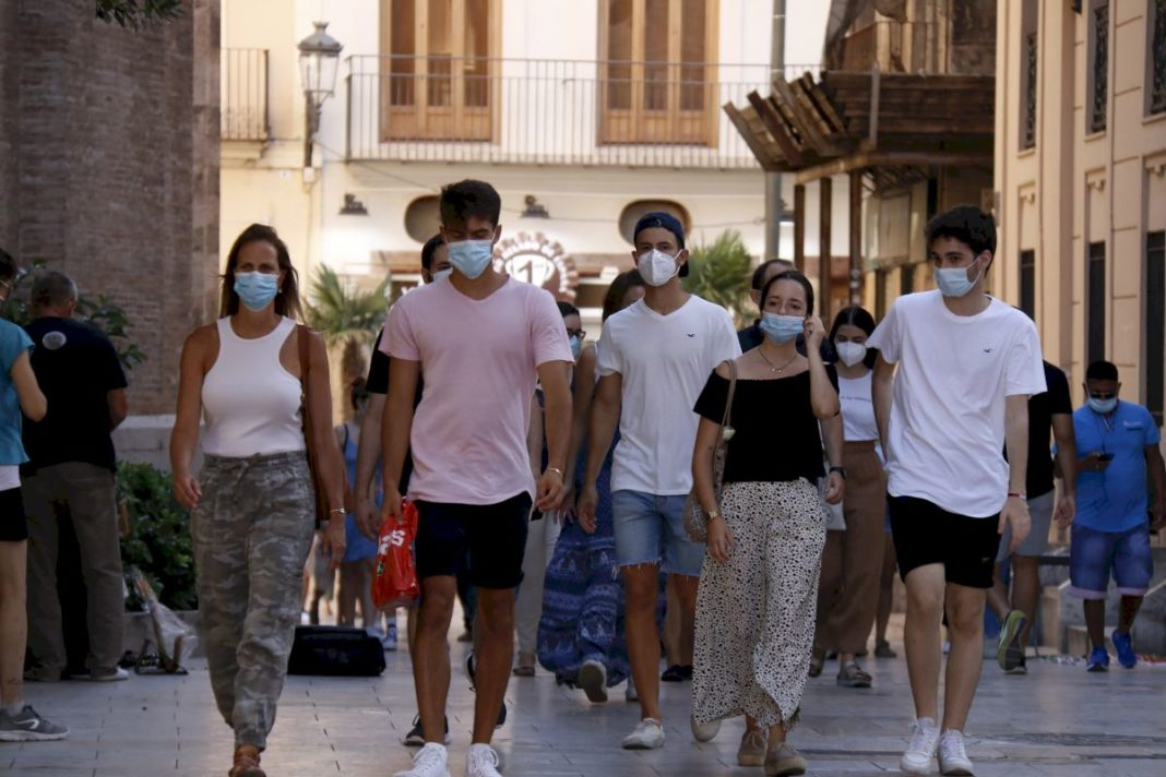 Policia impose fines to people not wearing masks