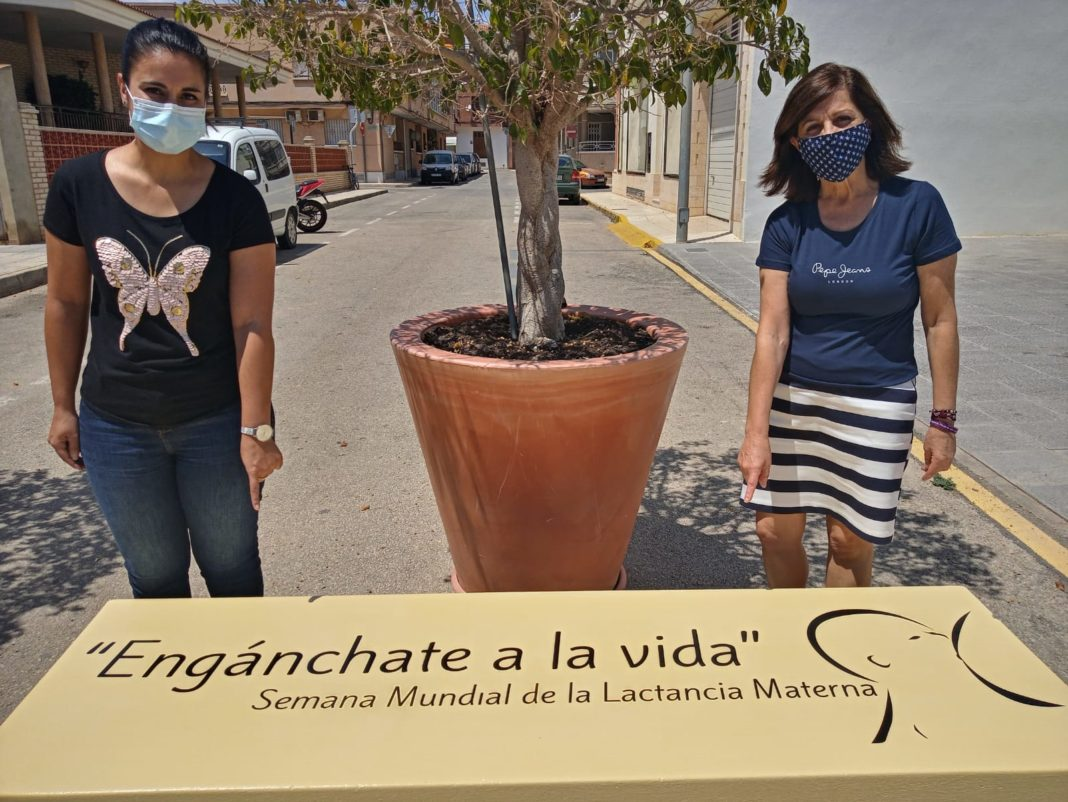 The campaign ended with the painting of two benches at the entrance to the Pilar de la Horadada health centre