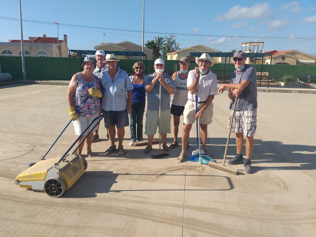 La Marina members preparing the green