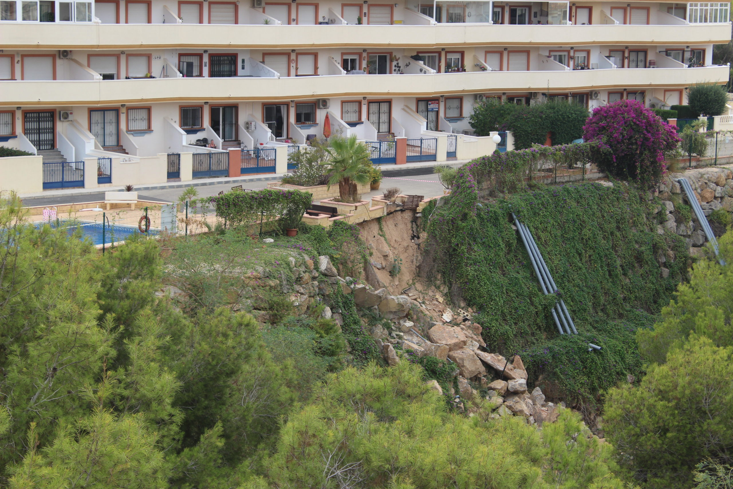 The situation across the Rambla in the Apts Jardin d'Alba is equally precarious