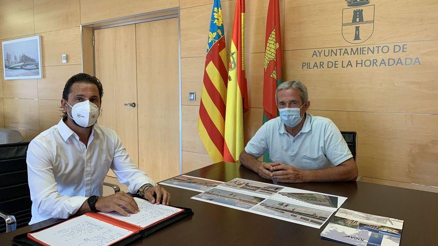The mayor of Pilar de la Horadada, José María Pérez Sánchez, met with Emilio Lorenzo Cazorla, CEO of the JOCA Ingeniería y Construcciones