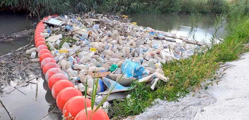 Floating barrier stops plastic waste entering Orihuela watercourse