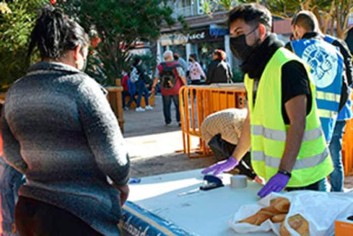Banco Obrero distributes food in the Plaza de la Constitución