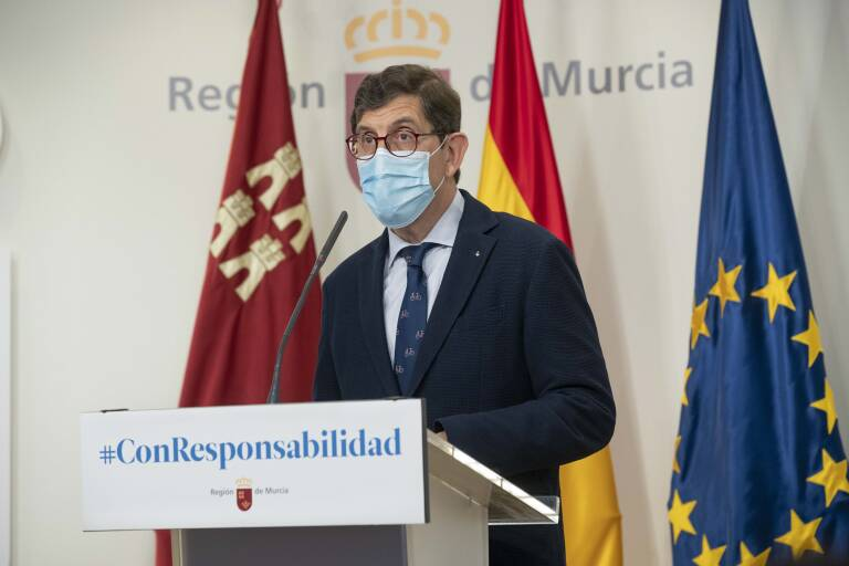 Minister of Health, Manuel Villegas , has received the vaccine against covid-19.