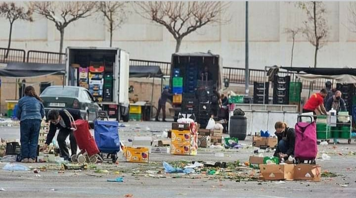 Desperate people scavenge for waste food at Alicante weekly markets