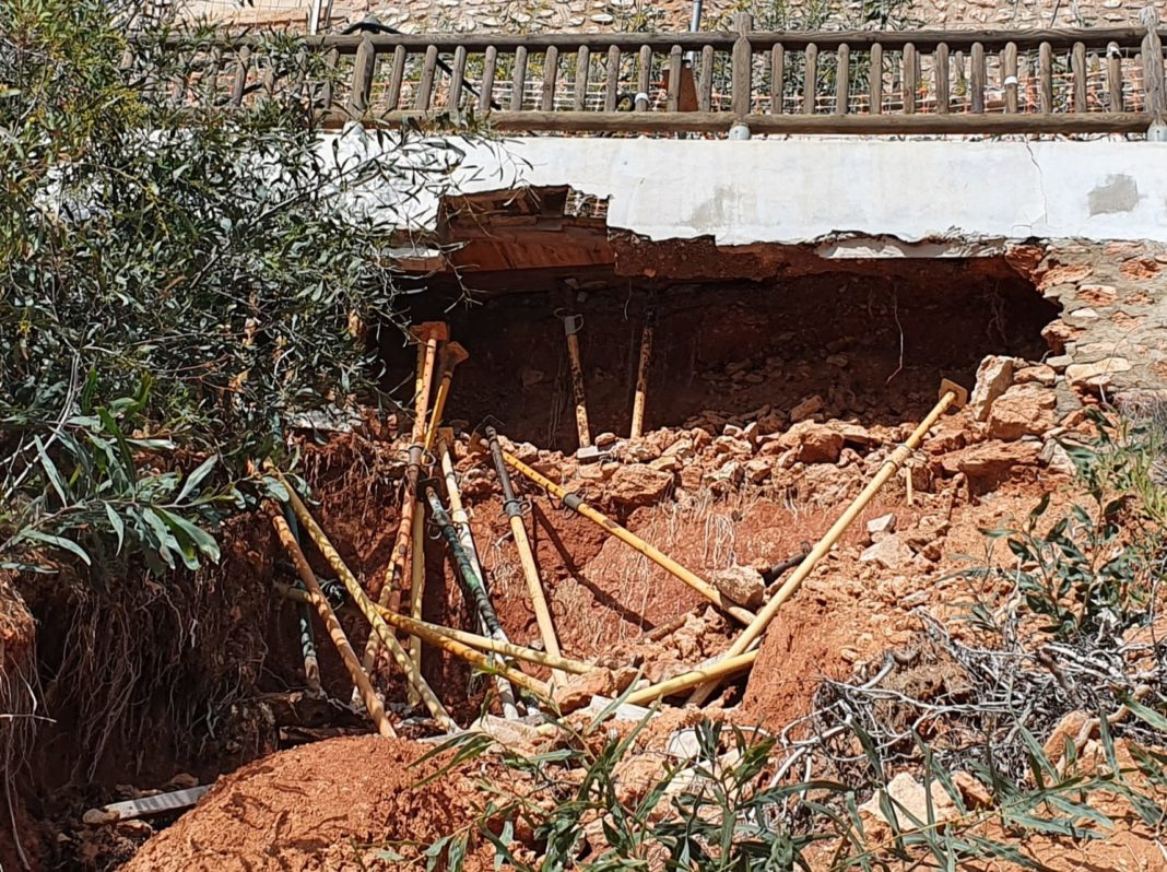 Sinkhole continues to endanger pedestrians on Orihuela Costa walkway