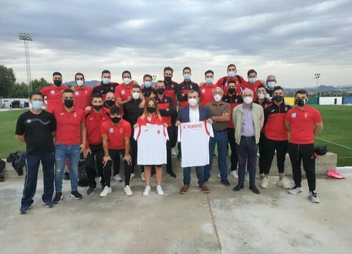 Mayor Antonio Puerto Garcia and Sports Councillor Toñi Garcia Morote receive club shirts.