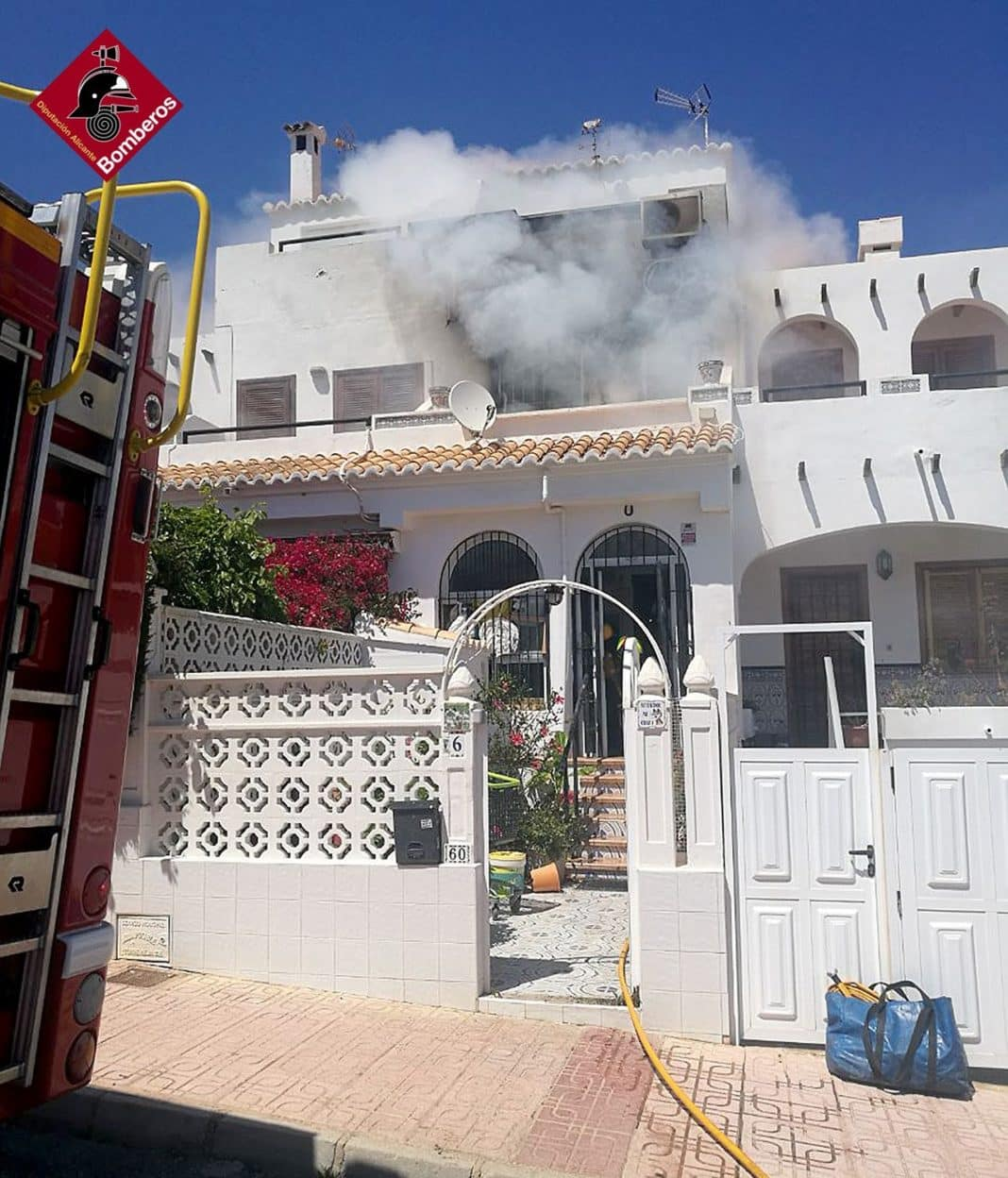 A spectacular fire occurred in a home on Avenida de Torreblanca in Torrevieja on Thursday afternoon