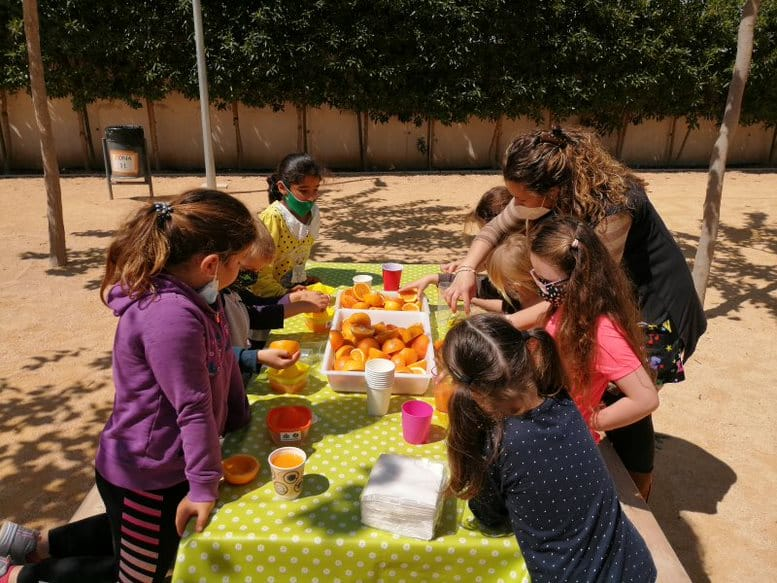 Free orange juice for CEIP Playa Flamenca students