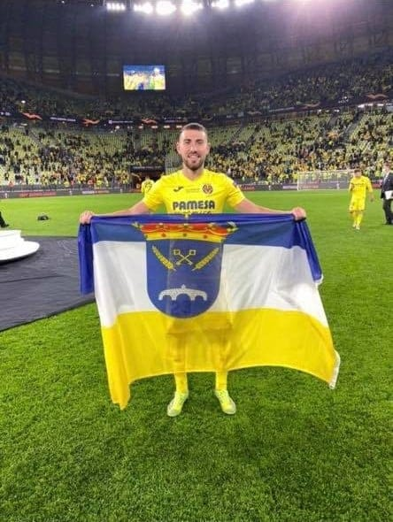 Moi Gomez with a Rojales flag following his Europa Cup win with Villareal