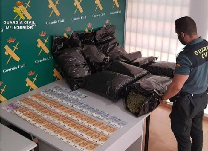 Marijuana and €2,835 found in car by Torrevieja Civil Guard Alicante