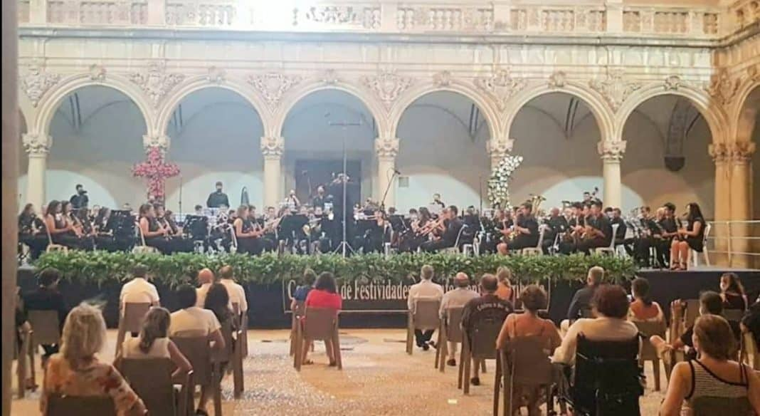 The Montesinos Musical Group performed a concert in the Claustro of the University of the College of Santo Domingo, Orihuela.
