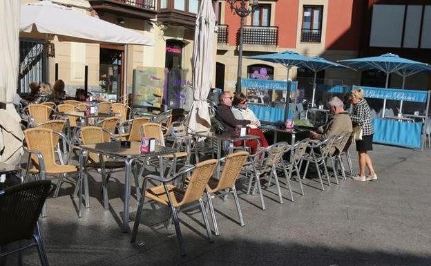 A SAMU emergency ambulance had to make a diversion - after a road was blocked with tables and chairs in Torrevieja