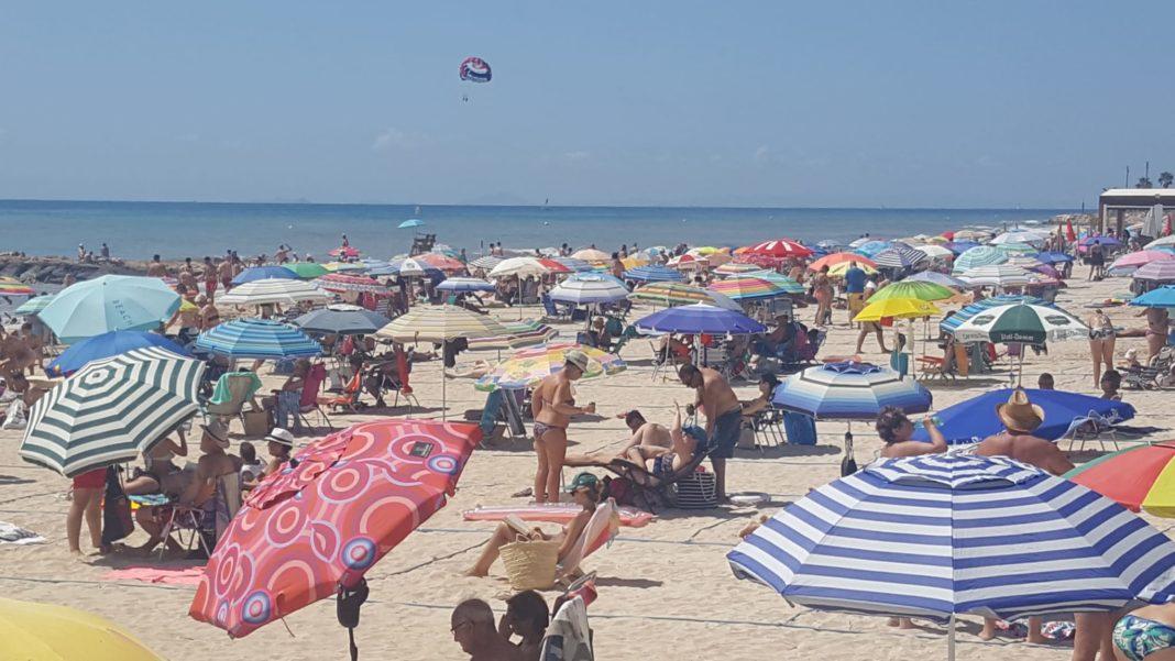 Torrevieja beaches full at Los Locos. Photo: Andrew Atkinson.