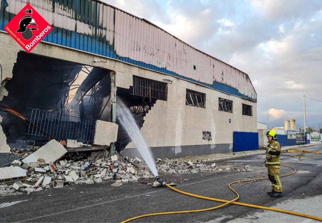 Huge fire completely destroys shoe warehouse in Catral